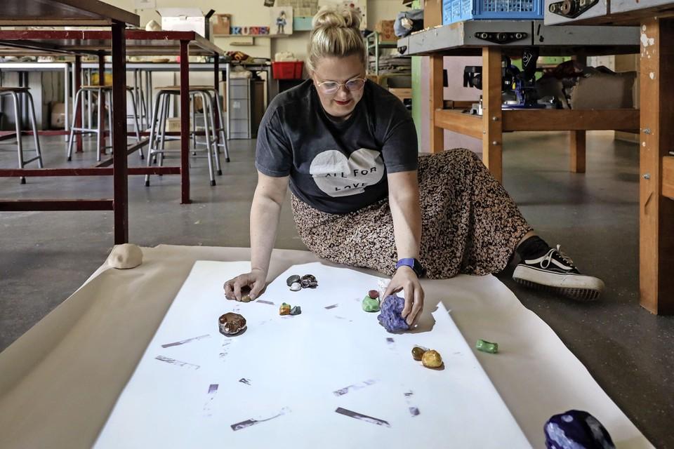 Geertje Wezelman bezig met het schikken van de steentjes op haar geprojecteerde Davidster.
