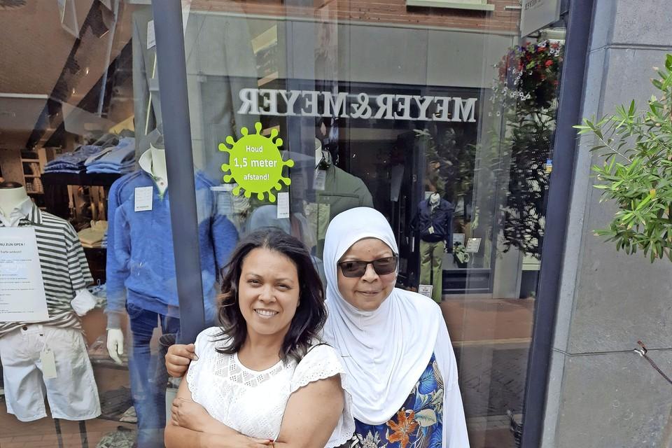 De zussen Amina (links) en Malika Idlmoudn: ,,Mensen reageerden soms wel heel raar, maar daar trok ik niets van aan.''