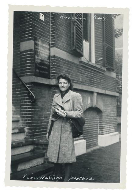 Een vrouwelijke postbode.