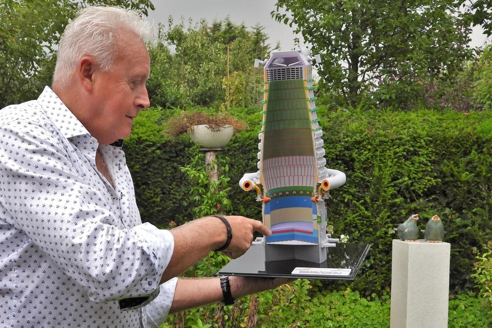 Peter Zonneveld legt aan de hand van een model uit hoe een 'oude' steenkoolhoogoven werkt.