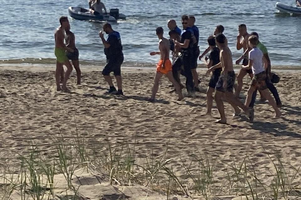 Jongeren belagen handhavers op het Kleine Strand in IJmuiden.
