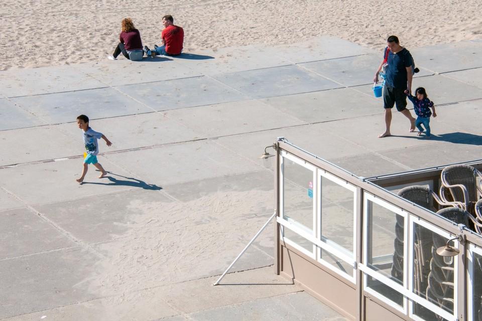 Op het Zandvoortse strand is de anderhalve meter onderlinge afstand nu nog wel te doen.