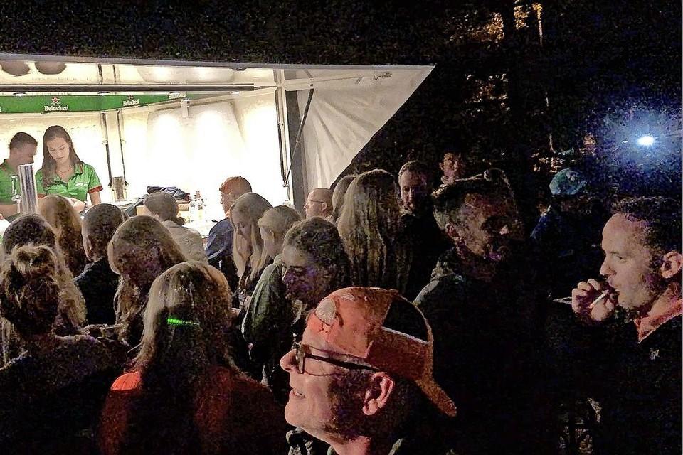 Zaterdagavond stond buiten bij een bar voor de Cor Korverhal een groep van naar schatting tweehonderd personen dicht op elkaar te hossen.
