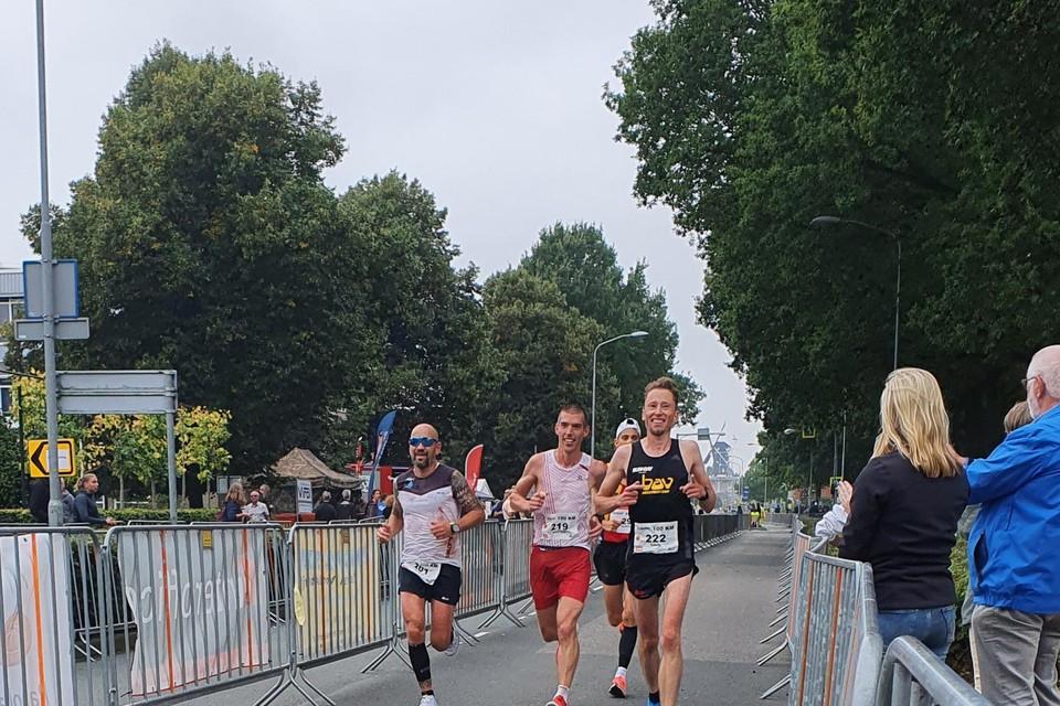 David Helfferich (rechts) zag flink af tijdens de wedstrijd over honderd kilometer.