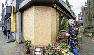 Een dag nadat een auto haar winkel binnenreed, verkoopt Saskia weer bloemen; 'Ik wil een bredere stoep en betonnen bakken voor de deur'