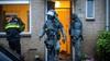 Arrestatieteam haalt man uit woning in Hoofddorp: onderzoek vondst automatische vuurwapens [video]