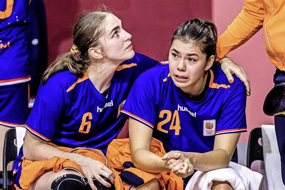 Laura van der Heijden en Martine Smeets van Nederland balen na de nederlaag tegen Frankrijk in de kwartfinale handbal in de Yoyogi-sporthal op de Olympische Spelen.