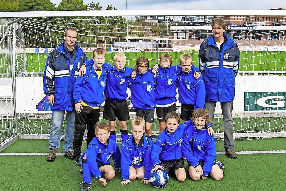In de E1 van Vitesse'22. Zittend tweede van rechts: Teun Koopmeiners.
