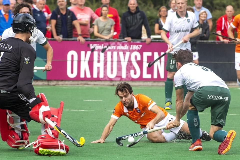 Tom Hiebendaal duelleert vanaf de grond met keeper Derk Meijer en Timo Goor van Rotterdam.