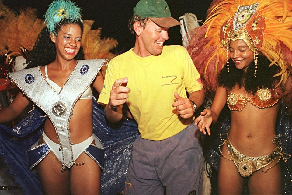 Kapitein Roy Heiner van de BrunelSunergy danst de samba in Sao Sebastiao nadat zijn boot tweede is geworden in de vijfde etappe.