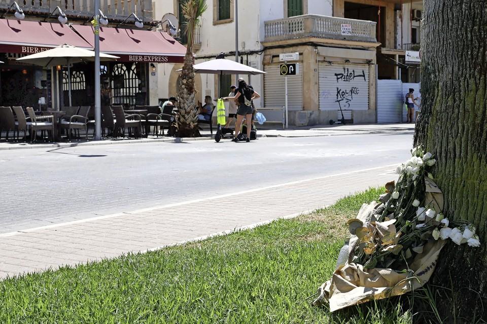 Bloemen ter nagedachtenis aan de overleden 27-jarige man uit Waddinxveen op Palma de Mallorca.
