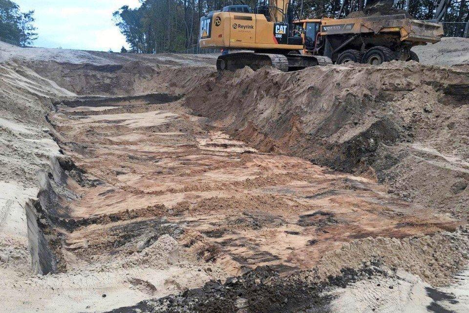 Een deel van de vervuilde grodnd is afgegraven.