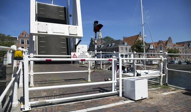 Verbazing over lelijk nieuw elektronisch schuifhek bij pittoreske Haarlemse Gravestenenbrug [video]