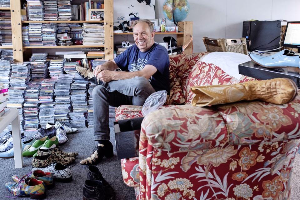 Jan Aardenburg 'stapelt' schoenen en cd's.