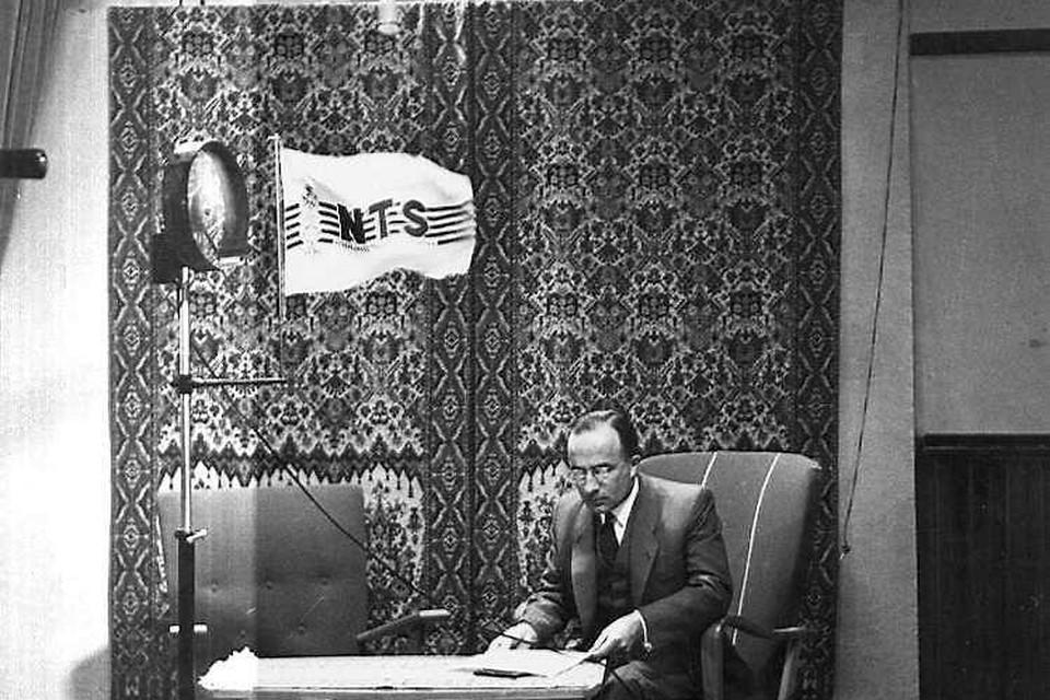 Staatssecretaris Cals tijdens de allereerste landelijke tv-uitzending in Studio Irene.