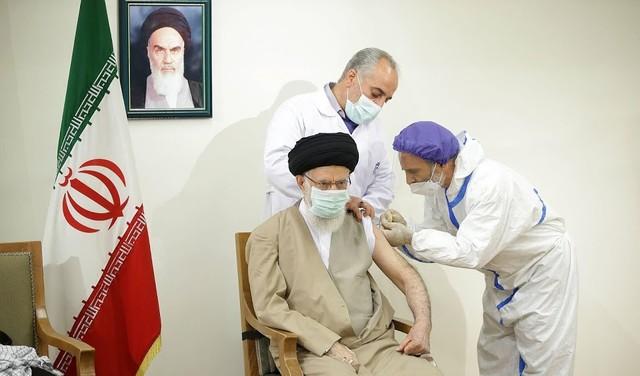 Ayatollah Khamenei krijgt vaccin van Iraanse makelij