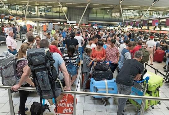 Kabinet wil pretvluchten gaan weren van Schiphol. Minder nachtvluchten