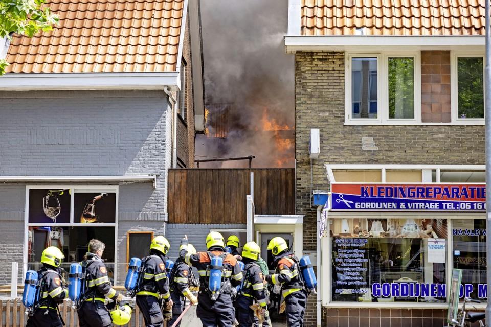 Tussen restaurant Merdane en kledingreparatiebedrijf 'De Naald van Haarlem-Noord' is het vuur duidelijk zichtbaar.