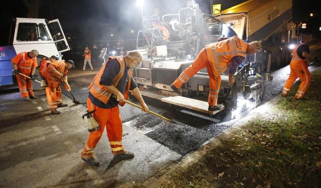 Terwijl Hilversum slaapt, leggen deze mannen een gloednieuwe asfaltvloer op de buitenring [video]