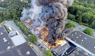 'Zeer zeer grote' uitslaande brand bij bedrijvencomplex in Soesterberg onder controle, honderd brandweerlieden ingezet [update/video]