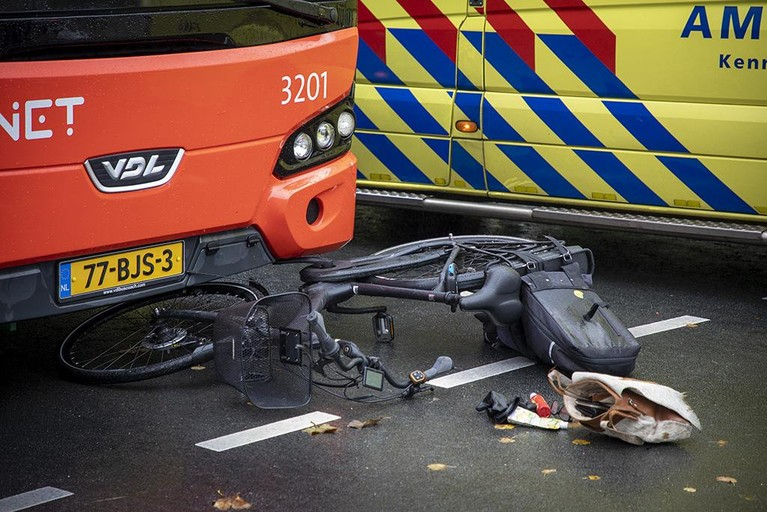 Fietsster gewond bij botsing met snelbus in Driehuis