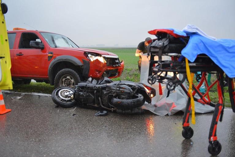 Motorrijder gewond bij frontale botsing op Vijfhuizerweg in Hoofddorp