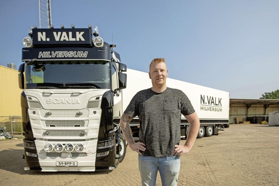 Hilversummer Nick Valk met zijn Scania truck en oplegger in Bunschoten-Spakenburg.