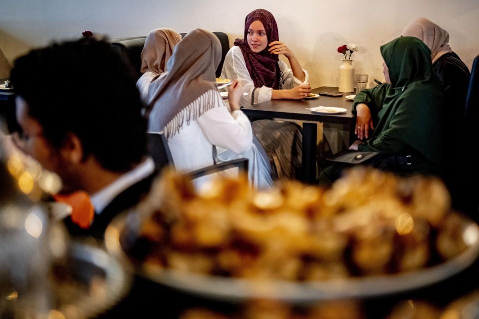 Moslims tijdens het suikerfeest, de afsluiting van de Ramadan.