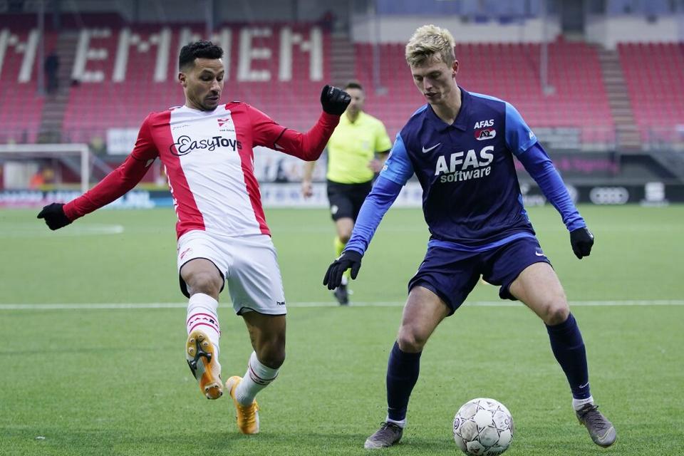 Van Rhijn (links) als speler van FC Emmen in duel met Gudmundsson van AZ.