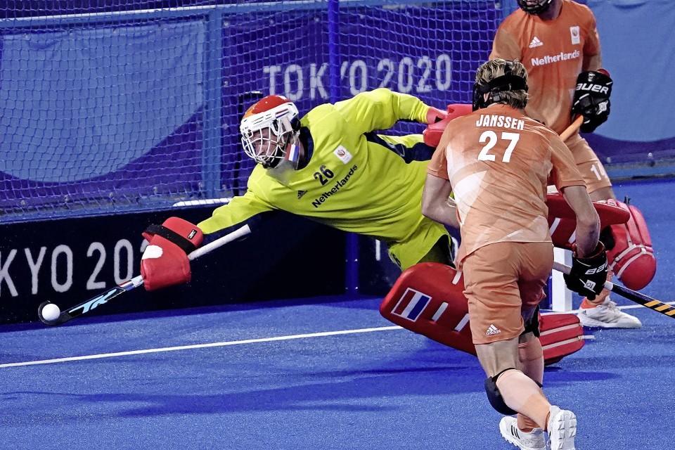 Oranje-doelman Pirmin Blaak verricht een redding tegen Duitsland.