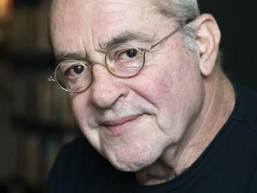 Haarlemse schrijver Lodewijk Wiener, de man die fileert en om zich heen slaat, wordt 75: 'Door te schrijven, tart ik de dood'