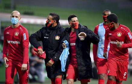 Waarom 'zij' wel weer mogen voetballen en 'wij' niet: 'In Duitsland hebben mensen meer respect voor profvoetballers'
