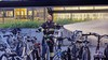 Conducteur legt treinverkeer stil om brandende fiets op station Bloemendaal. Samen met de machinist beginnen ze met blussen