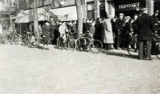 'Met auto's waarop witte rozen zaten, reden de Duitsers de straten van IJmuiden in. Zingend: Und wir fahren nach England'