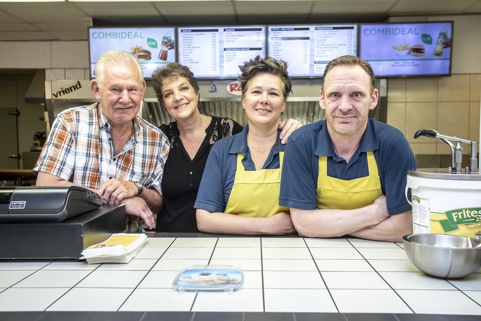 Frans sr., Petra , Lisa en Frans jr. stoppen na 28 jaar met de snackbar in de Grote Houtstraat.