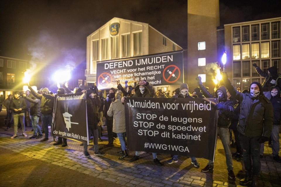 Actievoerders van Defend IJmuiden, tijdens een vorige maand gehouden protest.