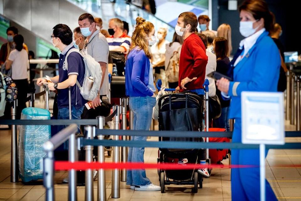 Straks kunnen we weer makkelijker op reis, omdat Nederland steeds meer van het slot gaat. FNV voorziet problemen op Schiphol, vanwege de verwachte drukte.
