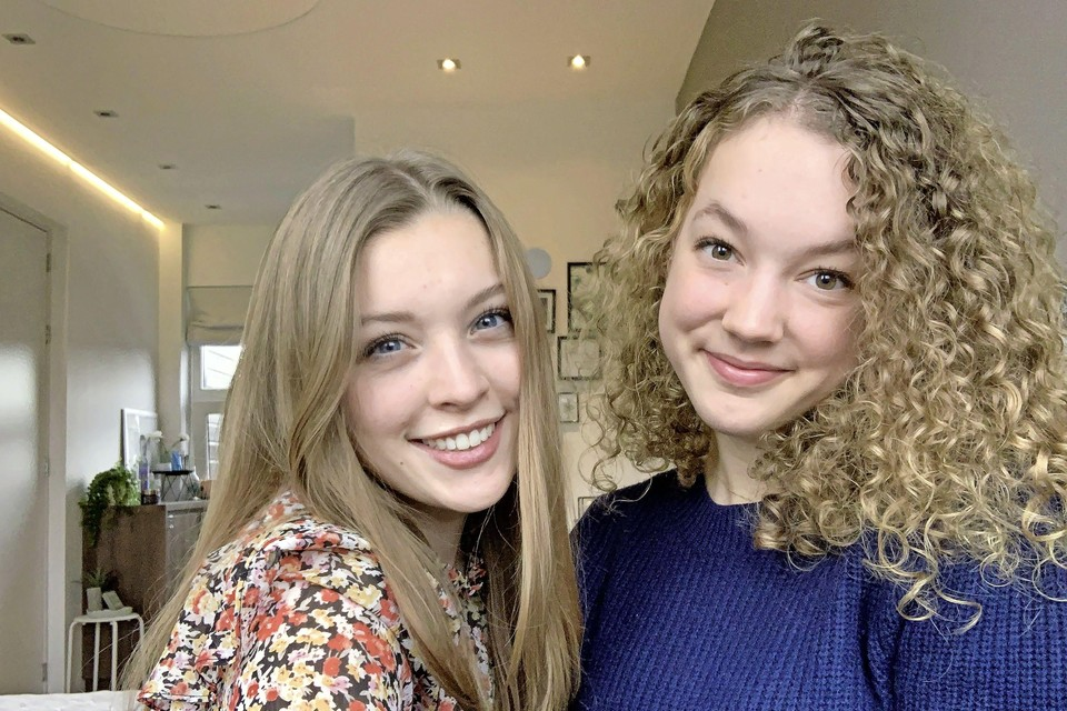 Sophie (l) en Gwendolyn, leerlingen van het Comenius College in Hilversum